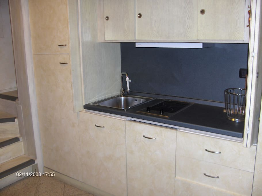 Cucina con frigo,lavatrice e lavastoviglie. Kitchen with refrigerator,washing machine and dish washer