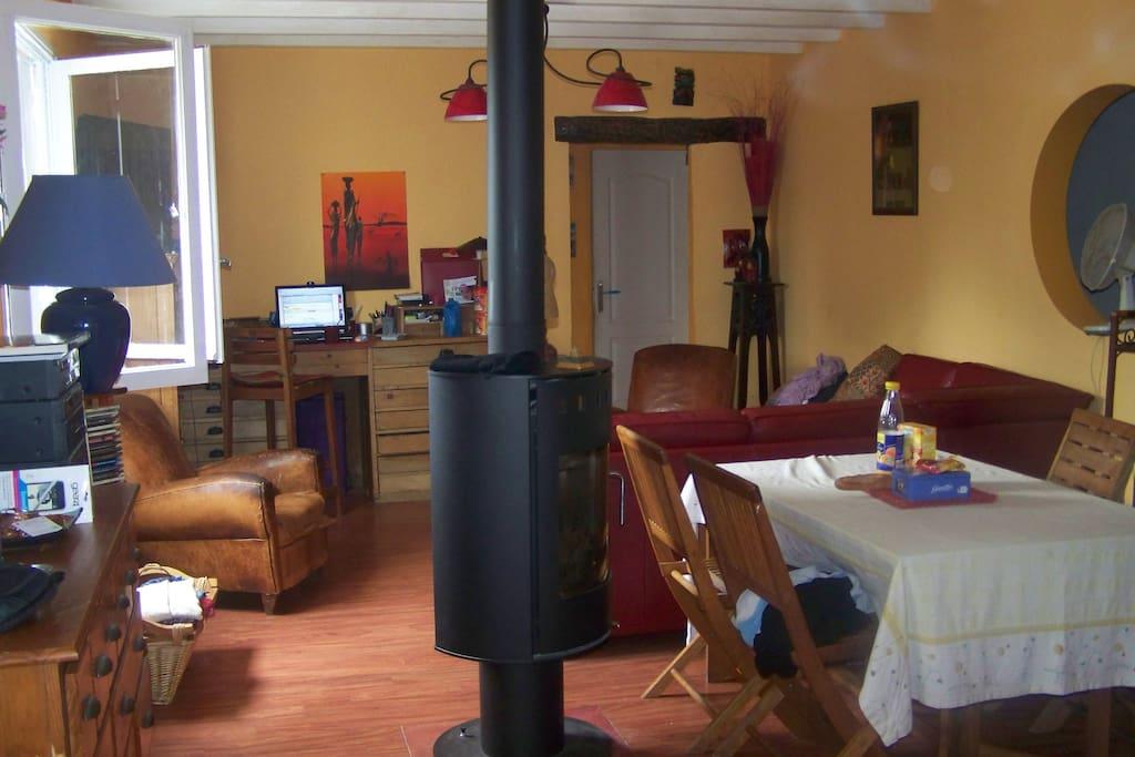 le salon avec un poele à bois