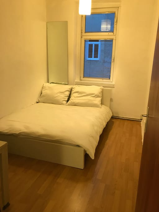 Schlafzimmer mit 1 Doppelbett