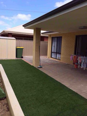 Nice bedroom in Cannington: 2-3 mins to Carousel
