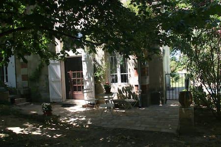Gîte de charme piscine proche NIMES - Générac - 公寓