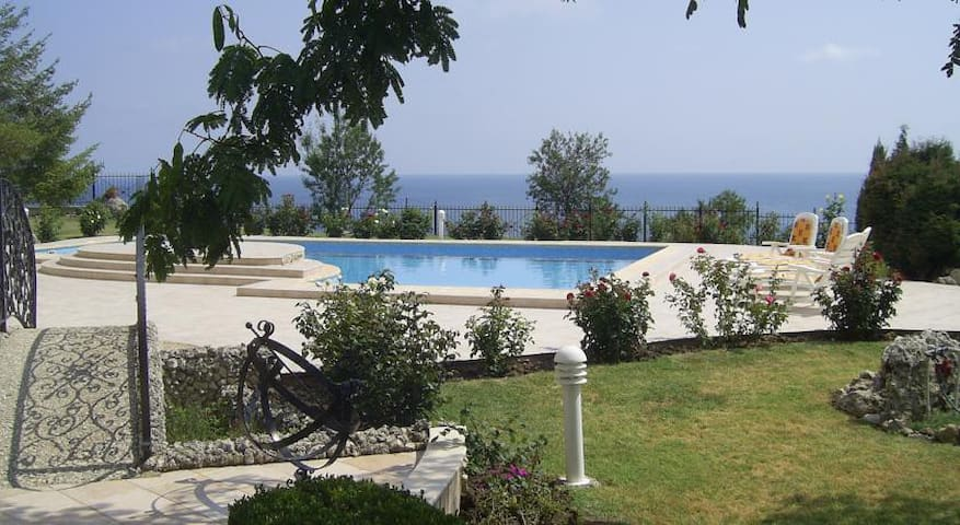 Дом с бассейном и вид на моря-Варна,Ален Мак