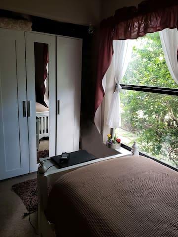 Single room in quiet neighborhood.