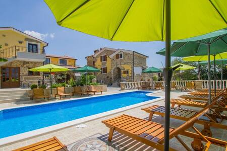 8 Bedrooms Home in Karlici - Karlici - House