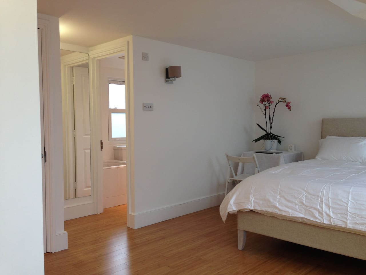 private, bright topfloor room; new kingsize bed/mattress