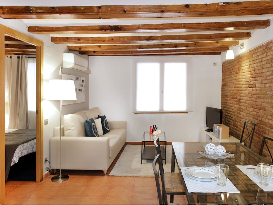 Apartment with 2 bedrooms situated within walking distance from Plaza Catalunya and Las Ramblas. This apartment has been recently renovated keeping the original charm of the architecture of the 90s. This apartment has two bedrooms: one double bedroom and