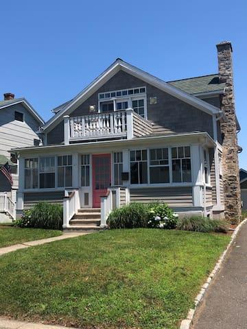 Single family house near beach, train and SONO.