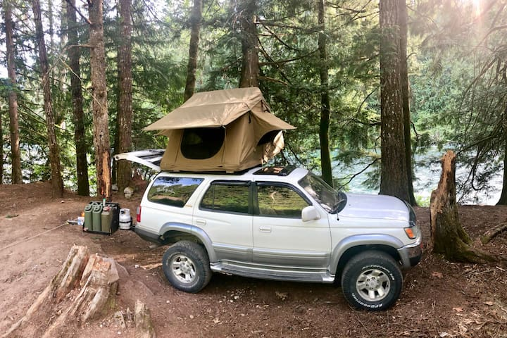 Roadtrip Lovers Dream: Rooftop Tent and Vehicle