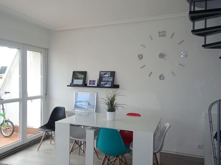 Zona del salón para comer con salia a la terraza. Area of the livingroom to eat