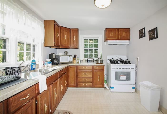 Downers Full kitchen Free Parking 30 mins to ORD