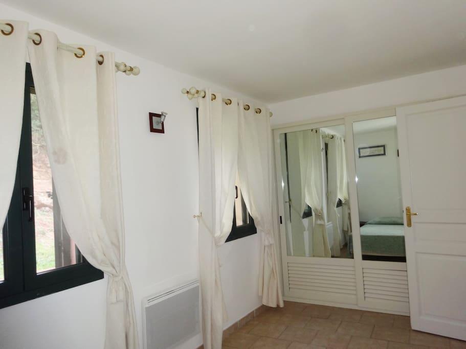 Très belle chambre avec placard miroir