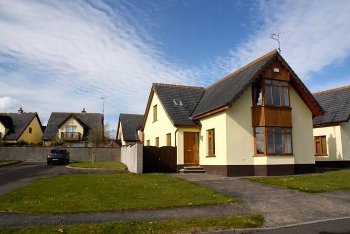 Beautiful holiday home with sea views near beach - Ballymoney - Hus