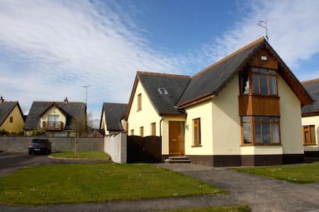 Beautiful holiday home with sea views near beach - Ballymoney - Talo