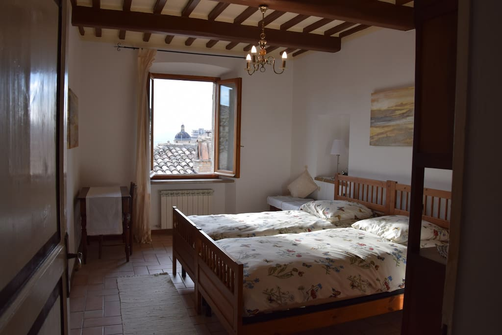 Bedroom n.1 two single beds and panoramic view. Also a Fan in summer Camera n.1 due letti singoli e vista panoramica