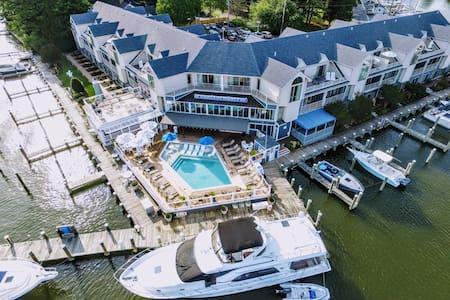 St. Michaels Harbour Inn - 2 Queen WF Suite