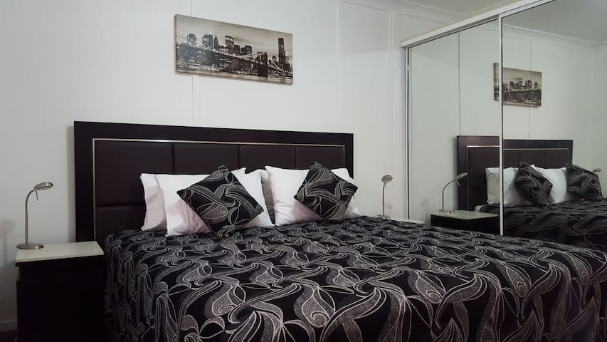 Secure Private 2 Bedroom Granny Flat - Smithfield - Cabin
