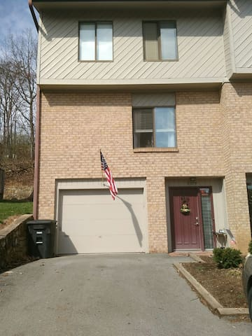 Townhouse in South Roanoke, pool! - Cave Spring