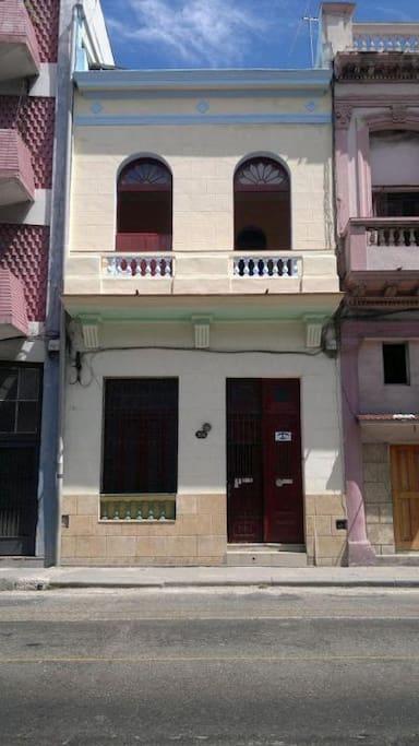 Fachada de Villa Azul. Amplio balcón a la calle San Lázaro.