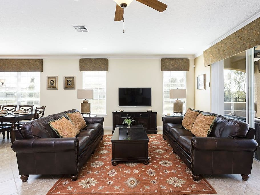 Couch,Furniture,Sink,Indoors,Living Room