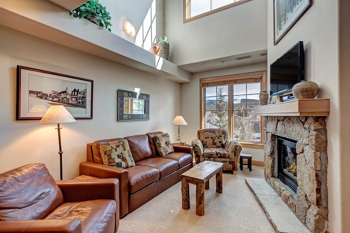 Best Location in Breckenridge! Downtown, & steps from ski lifts. Private hot tub, Heated underground parking! - Park Avenue Lofts 308