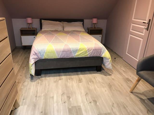 Chambre 2 avec lit 140 x190. Possibilité de rajouter un lit parapluie sur demande