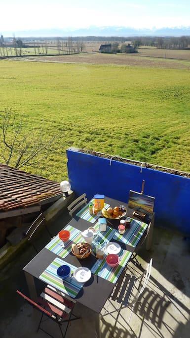 Agréable réveil accompagnée d'un petit déjeuné avec vue sur les montagnes.