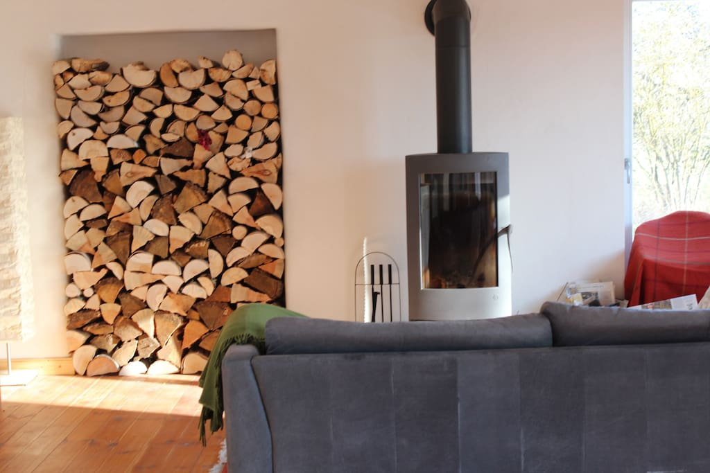 Wohnküche mit Kaminofen. Hell im Sommer. Kuschelig im Winter