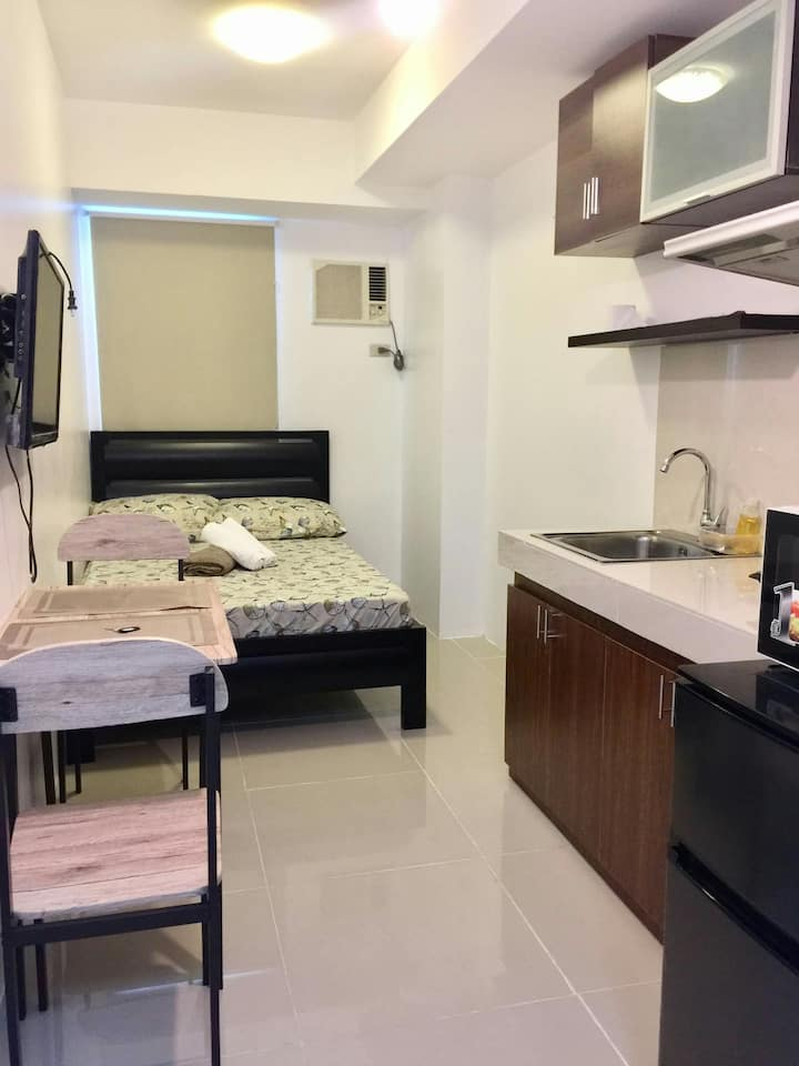 Mplace Affordable staycation QC wifi/netflix 1009