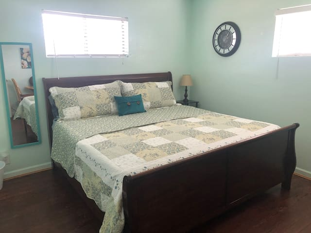 Cozy Blue Roof King Bedroom  15 min to Greer!