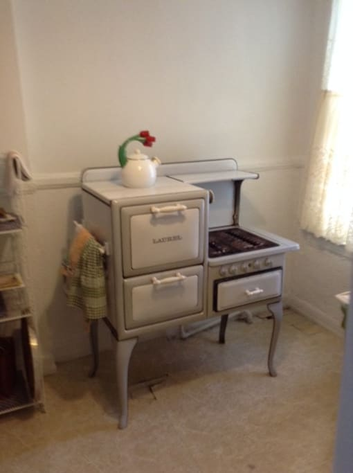 antique dertoit laurel stove.  full kitchen