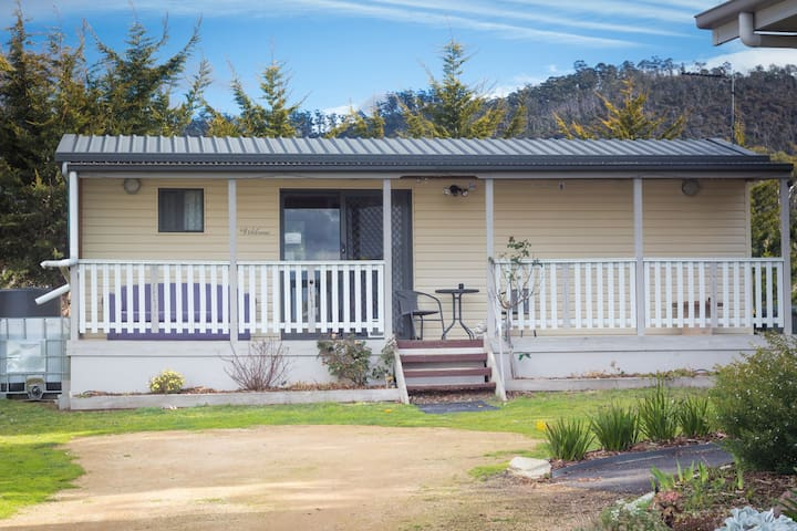 Close to beaches & airport, self contained cabin