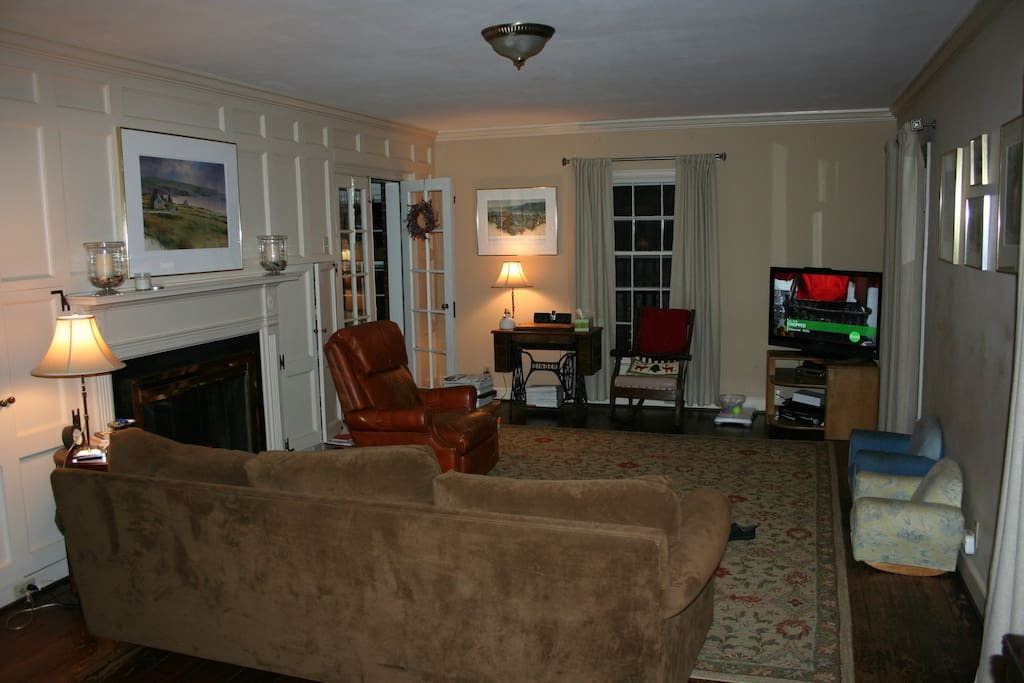 Living room with fireplace, cable TV with blue ray and 3D, Wii