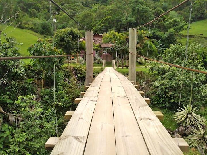 Recanto do Sabiá, com charmosa Ponte pensil e rio