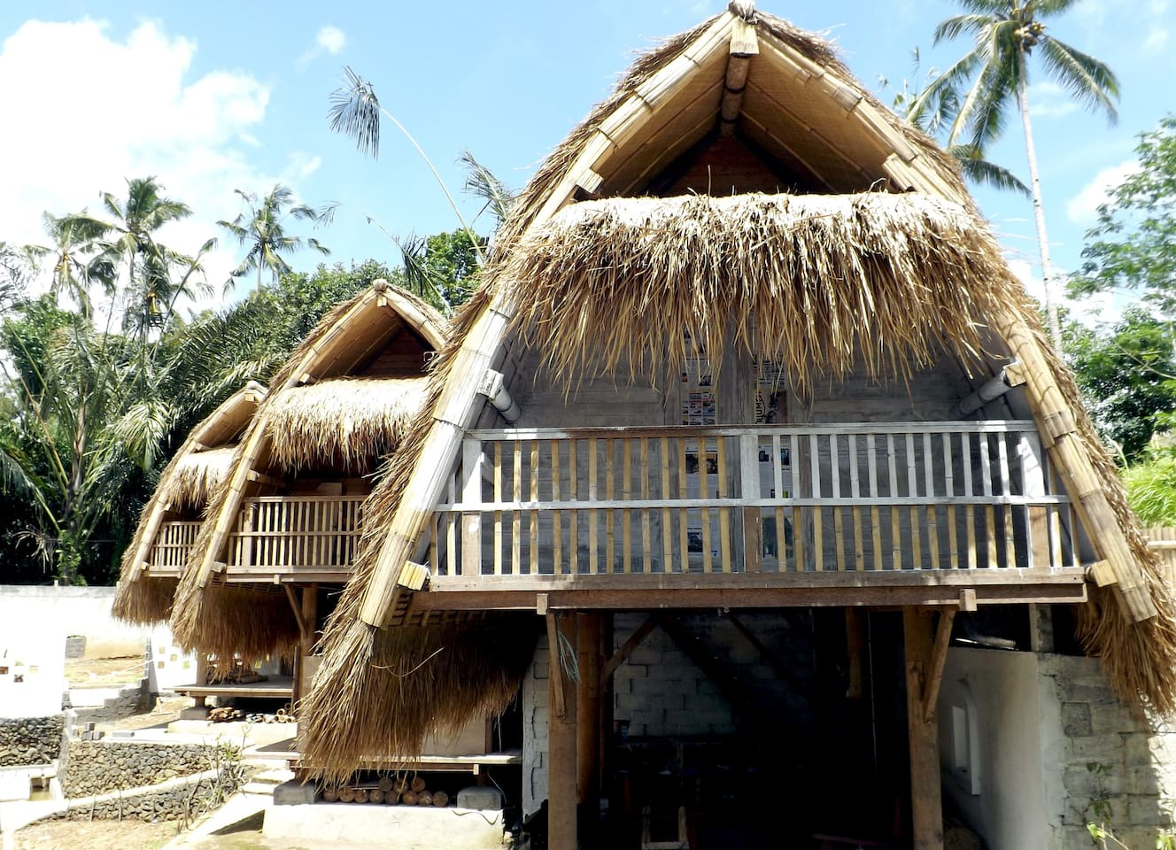 Jineng Traditional Balinese design made by Coconut wooden villa.50 mqs living area in 2 floor. stuning rice field view inside the village life.side 2 oldest pura