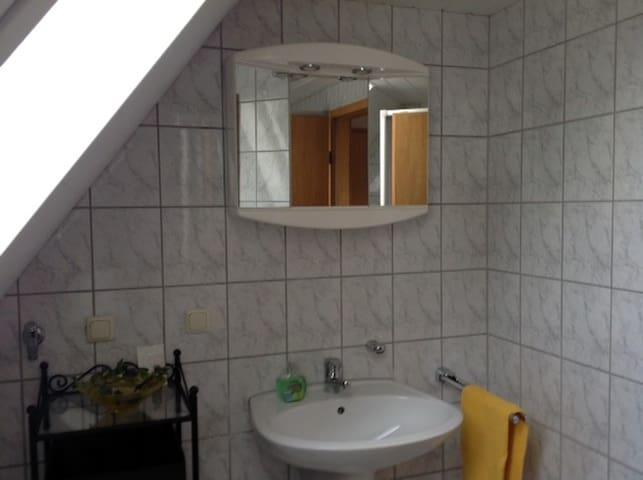 sauberes und modernes Bad mit Dusche/WC