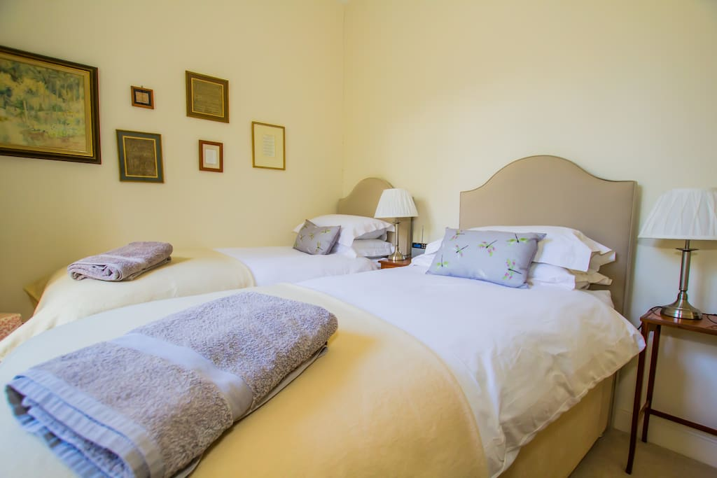 Small, comfortable twin/double room with private bathroom and separate loo.