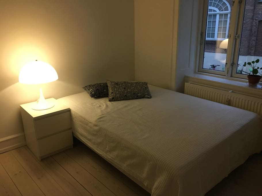 lækkert rum mod stille gård med super god seng