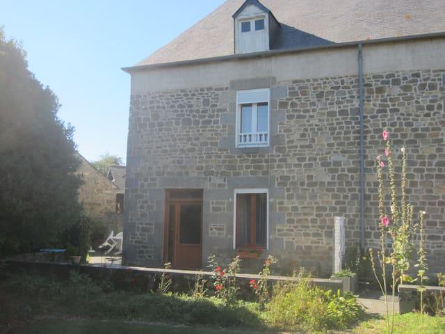 Gite entre Mont-Saint-Michel Rennes - Saint-Léger-des-Prés - Casa
