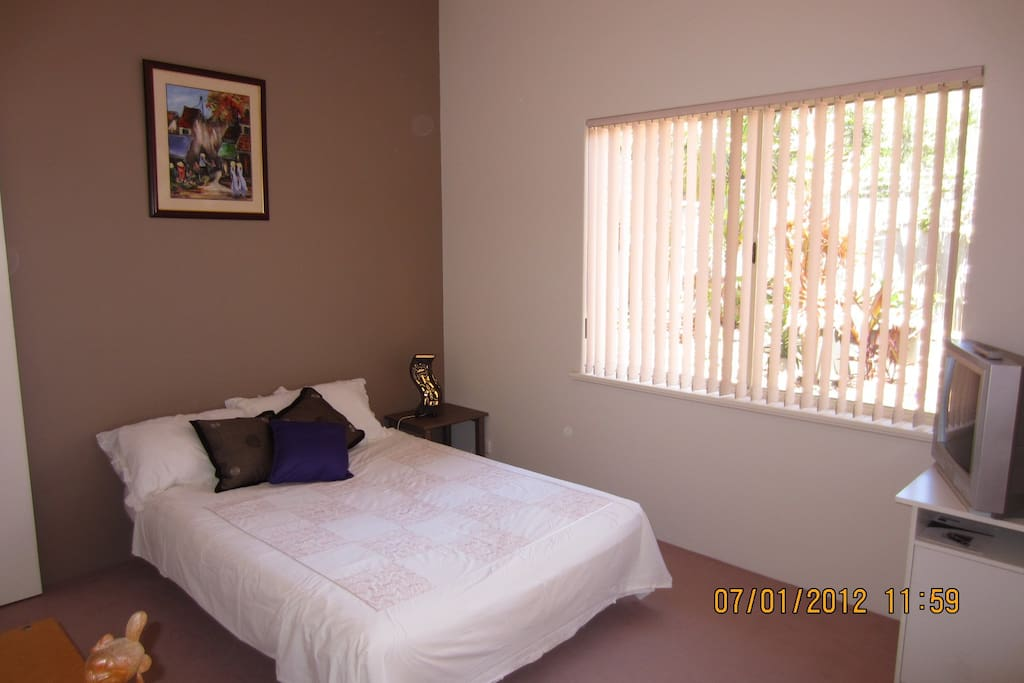 Fantasitc quiet room overlooking the garden, built in wardrobe,new lcd tv, and desk and chair.