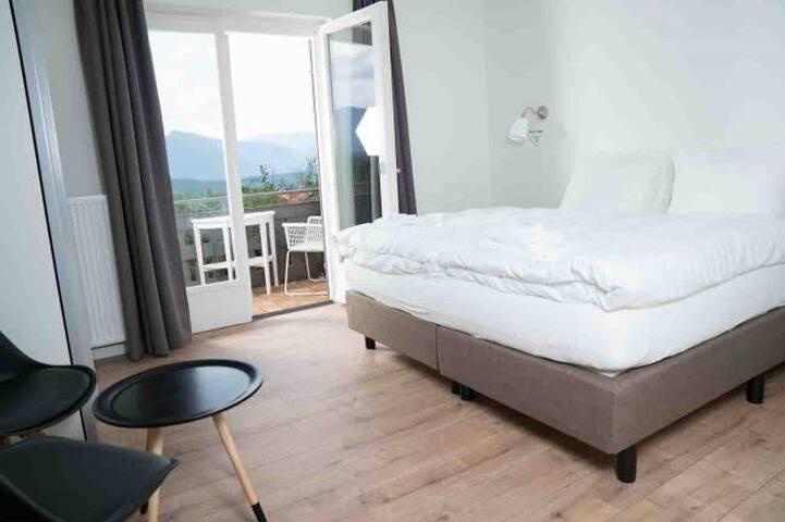 Kamer met eigen balkon en ruime badkamer incl.ontbijt.  4