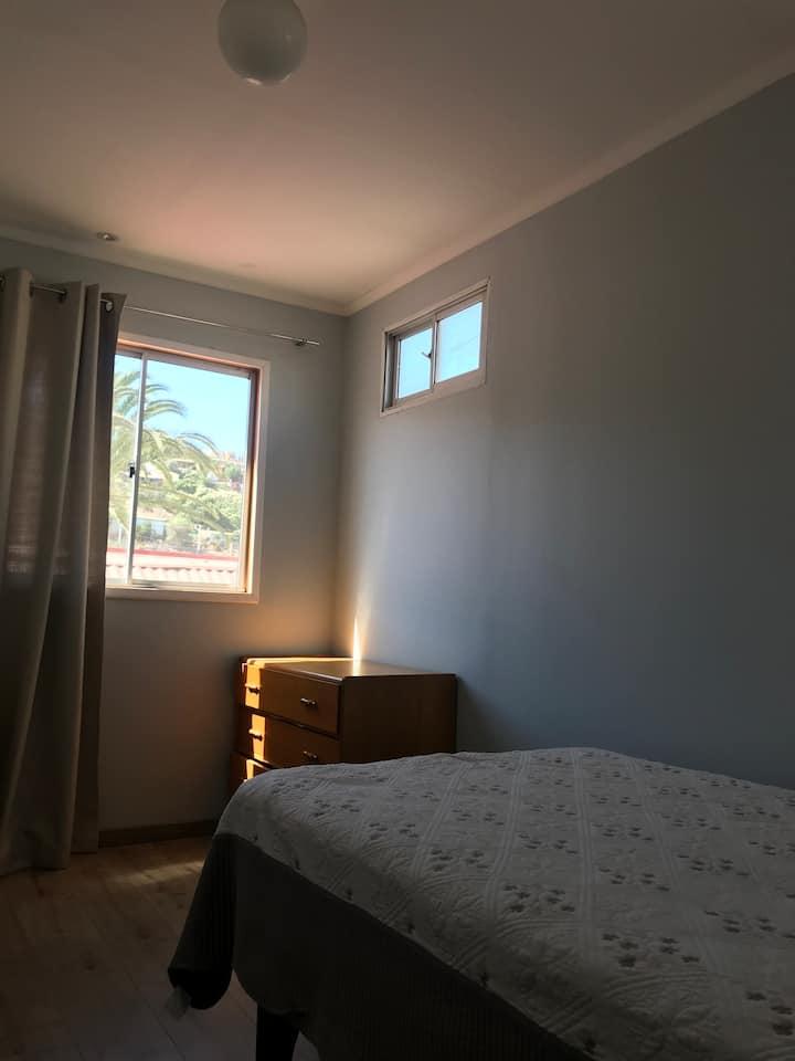 Cómodas Habitaciones ventiladas y entrada de sol.