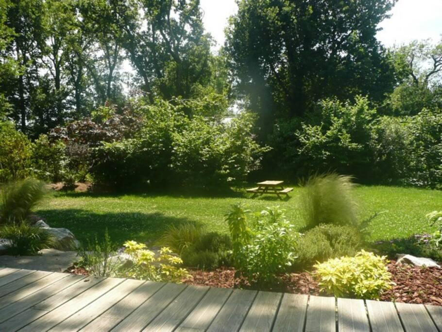 jardin de la maison avec la terrasse