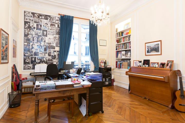 Sylvia's Office / Bureau de Sylvia