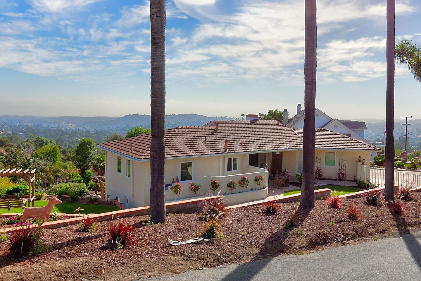 Peaceful, practical, beautiful Mt. Helix home for your San Diego stay!