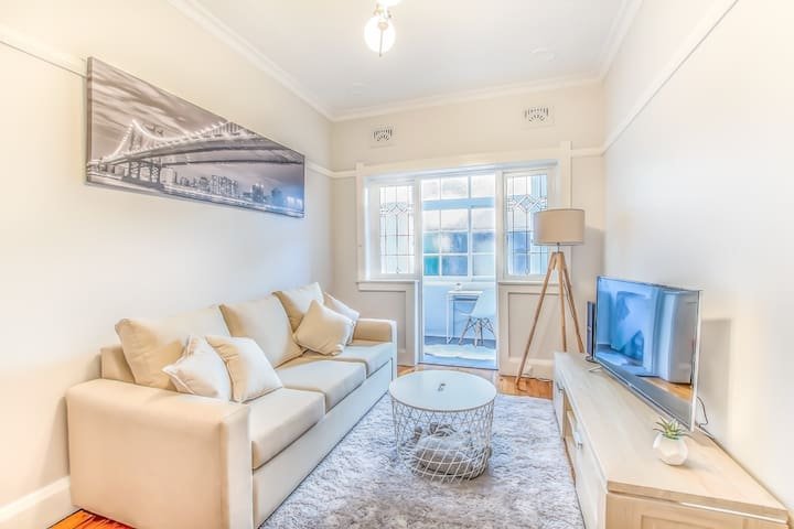 NEWLY FURNISHED KIRRIBILLI APARTMENT