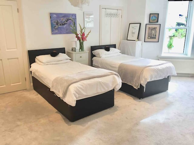 Twin bedroom, can also be set up as king bed