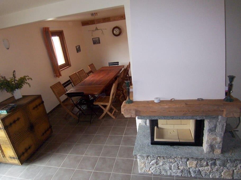 vue du rez de chaussée (cheminée et coin salle à manger)