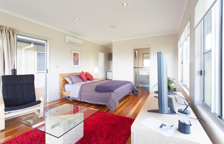 Modern Maleny Studio, great views - Maleny - Apartment