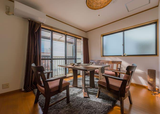 在原木风格的客厅茶室中,坐在餐桌前一边享用美食一边享受着安逸的京都生活,饮着茶静静听着那河边的流水声,诗情画意的生活原来就是如此。我们免费提供给您京都有名的茶铺辻利绿茶和日东红茶及咖啡供您享用。
