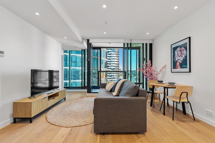 Bright & Central City Apt in Iconic Building!